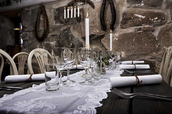 Dukat bord för lunch eller middag i stenladugården.